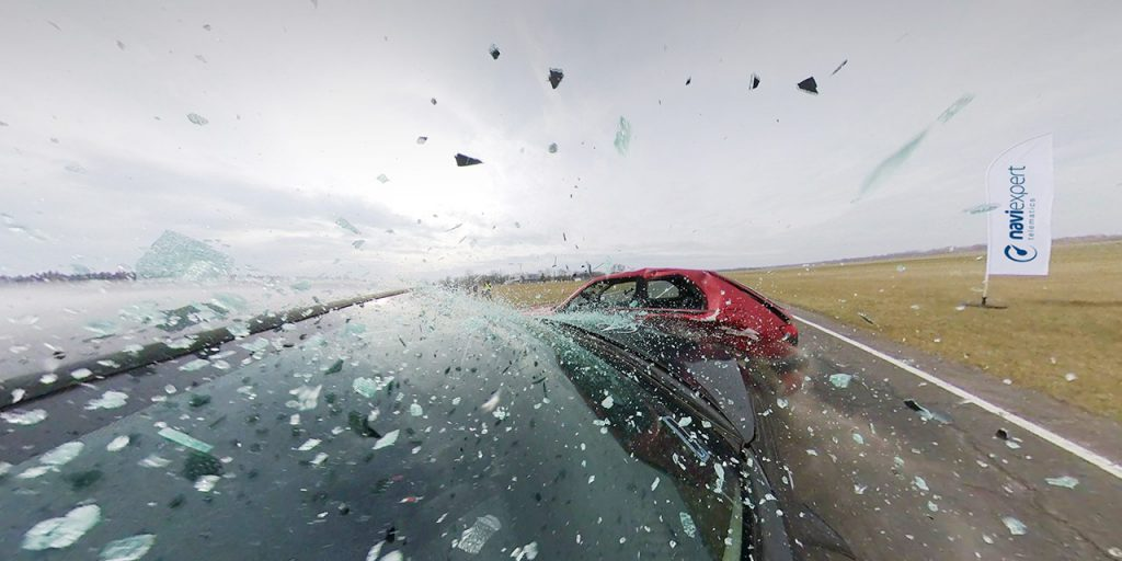 fotografia przedstawiająca zderzenie dwóch aut
